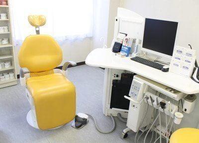 鮮やかな黄色の診療チェアが印象的です。