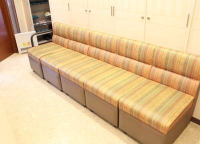 カラフルなソファーが印象的な待合室です。