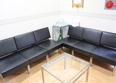 待合室にはゆったりとしたソファを準備しています。
