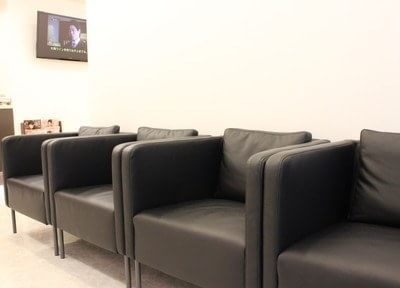 待合スペースです。シックな黒のソファで、おくつろぎくださいませ。