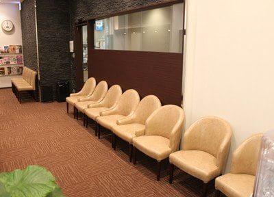 広い待合室なので快適にお待ちの時間を過ごせます。雑誌などもあるのでお使いください。
