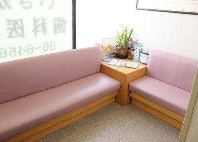 待合室には、観葉植物の他に雑誌などが置いてあります。