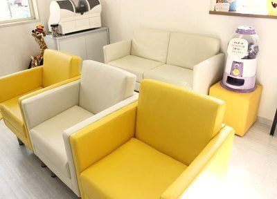 待合室の椅子は白と黄色で可愛らしいデザインです。