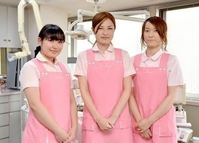 スタッフです。お揃いのピンクのエプロンを着て笑顔で対応いたします。