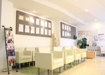 待合室です。一人掛け用のソファなので、リラックスしてお待ちいただけます。