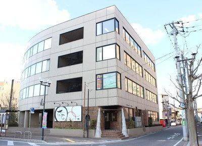 宮田歯科クリニックの外観です。荒川沖駅から徒歩1分の場所にあります。