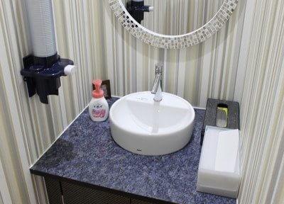 洗面台もあるので、診療後の身だしなみ等にお使いください。