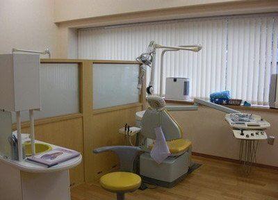 診察チェアです。パーテンションがありますので、周りを気にせず治療に専念していただけます。