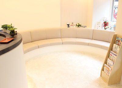 ゆったりとした待合室です 。曲面による安心感と日当たり良好な開放的空間です。