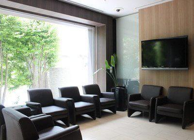 待合室です。窓が大きく自然の光が院内を照らします。ソファにお掛けになってお待ちください。