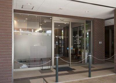 福岡空港駅から徒歩9分の位置にある、ユニバ通り むらせ歯科クリニックの外観です。