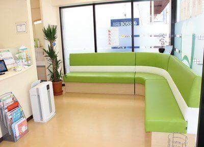 待合室です。カラフルな白色と緑色の可愛らしいソファがあります。本や雑誌もご用意していますので、お待ちの間ご自由にお読みください。