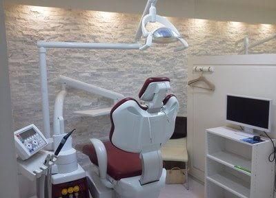 診療室はすべて半個室スタイルにしています。お隣を気にせずリラックスしていただくためのセミ・プライベートな空間です。お子さまの治療中に保護者さまがご同席できるだけのスペースも確保しています。