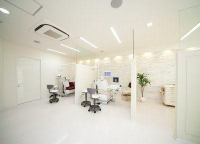 待合室 兼 受付です。歯医者によくある長椅子を用いず、お一人様用ソファをご用意しました。患者様をゲストとしてお迎えしたい、私たちなりのもてなしです。