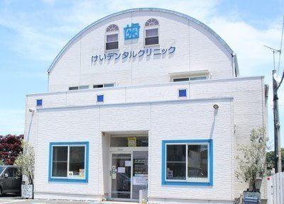 外観です。白と青の建物が目印です。