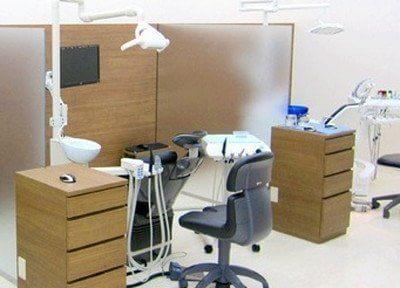 各診療チェアはパーテーションで仕切られていますので、落ち着いて診療を受けて頂けます。