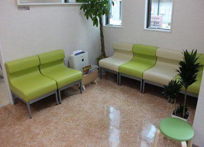 待合室はアップルグリーンを基調とし、落ち着いた雰囲気です。