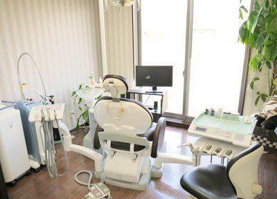 完全個室の診療室。落ち着いた空間で座り心地のよいシートで診療を受けて頂けます。少し時間のかかる治療でもゆったりと過ごせます。赤ちゃん連れで、赤ちゃんが泣かないか気になる方もベビーカーに乗せたまま傍まで入っていただけます。