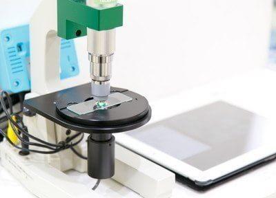 こちらの顕微鏡を用いて、歯周病菌を確認いたします。