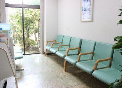 待合室は光が差し込み、明るく快適な空間にしています。