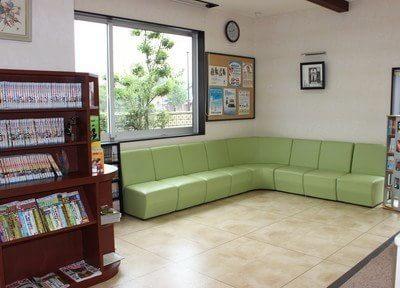 待合スペースにあるグリーンのソファで、おくつろぎください。