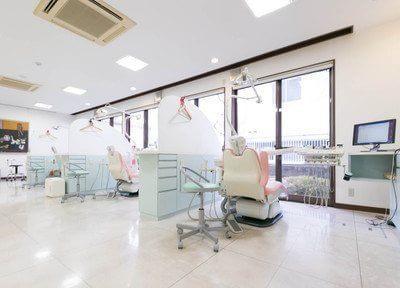 診療室です。広々として開放感のある空間です。