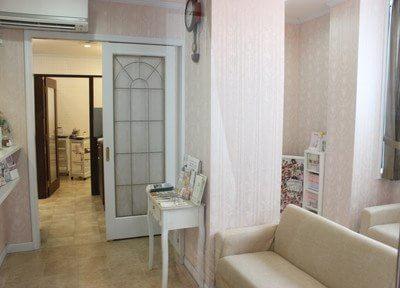 待合室の壁紙もピンクになっていて優しい空間が広がっています。