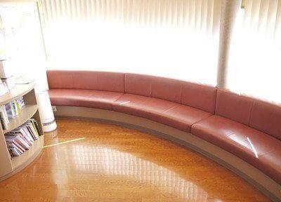 気分を和らげてくれる音色が静かに流れる中、待合室の天井からは穏やかな陽がたっぷり降りそそいでいます。
