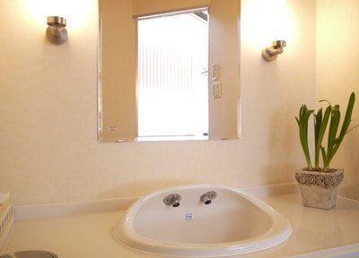 ホテルのような落ち着いた雰囲気の洗面所もございます。