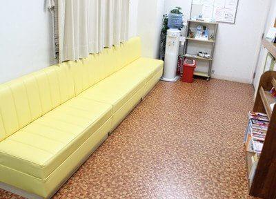 待合室です。清潔感があり、広々としています。