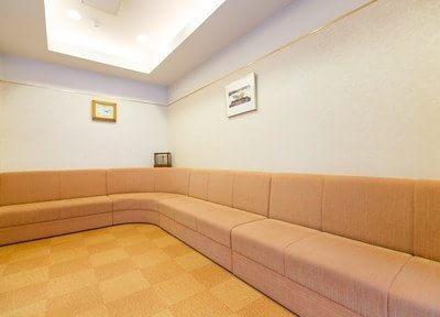 待合スペースは広々としており、お待ちの間に掛けていただくソファも、たくさんの患者様がお掛けになれる長さです。