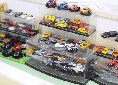 お子様が喜ぶ車のおもちゃなども飾っております。