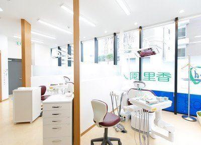 診療室です。周りを気にせず治療できるよう仕切りがあります。