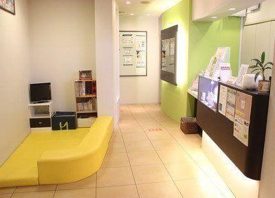 ハイセンスな待合室です。キッズスペースも、ございます。
