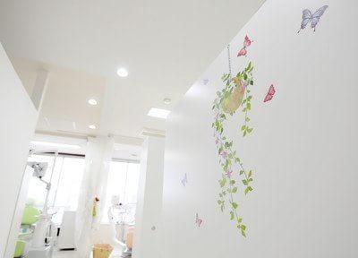 院内の壁紙はお子様が喜ぶような可愛らしい柄です。