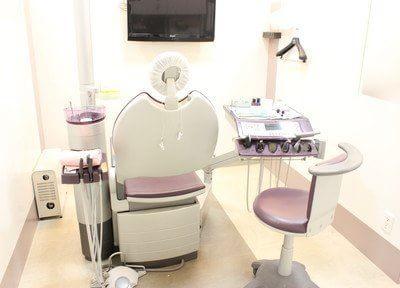 診療室です。必要に応じてモニターを使って治療のご説明をします。