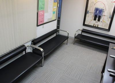 待合室は静かで落ちつける空間です。