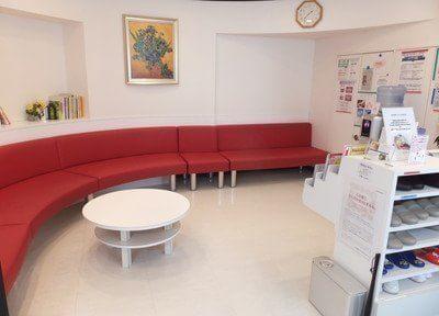 待合スペースです。おしゃれな赤いソファで、おくつろぎください。