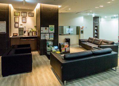 待合スペースです。大きなふかふかのソファで、くつろいでお待ちください。