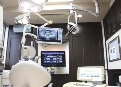 手術室です。口腔内の詳細な映像をモニターに映しながら、最新機器を使った治療を行います。