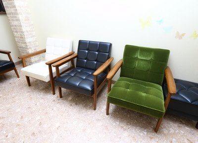 待合室には落ち着いた色のソファがあります。