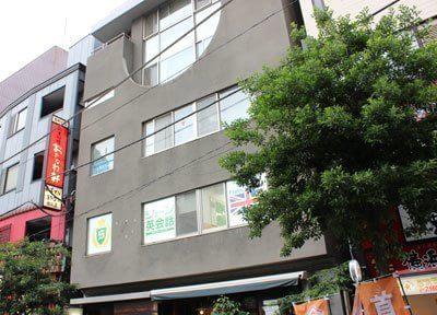 御茶ノ水駅聖橋口より徒歩0分。1Fが、喫茶穂高の建物です。