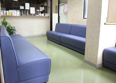 待合室です。ソファにかけてお待ちください。