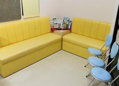 待合室です。黄色い可愛らしいソファがあります。診療前後は、こちらでお待ちください。