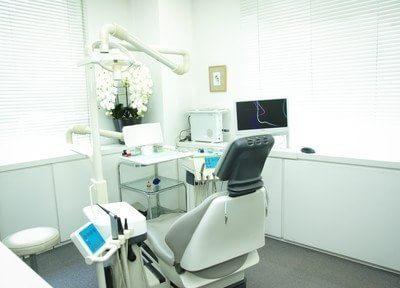 診療室は大きな窓があり、明るい雰囲気です。半個室ですのでプライベートな空間で治療を受けていただけます。