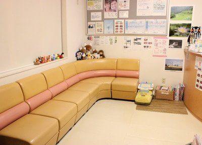 待合室です。広くゆったりとしたスペースとソファでお待ち頂けます。