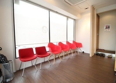 待合室です。診察が始まるまで、チェアにお掛けになってお待ち下さい。