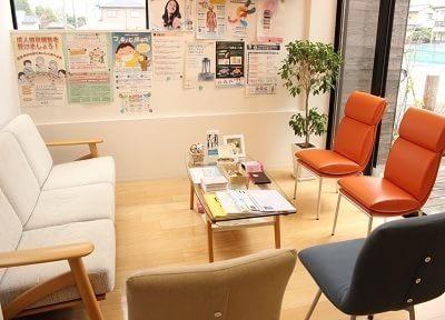 待合室は明るく、カフェのような椅子が並んでいます。