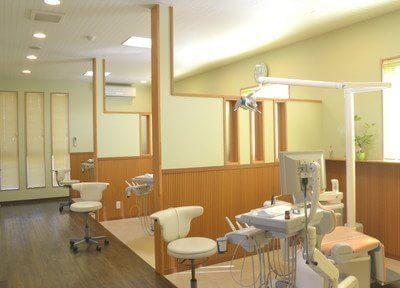 診療スペースです。チェアごとに区切られ、プライバシーもしっかりと守られる環境です。