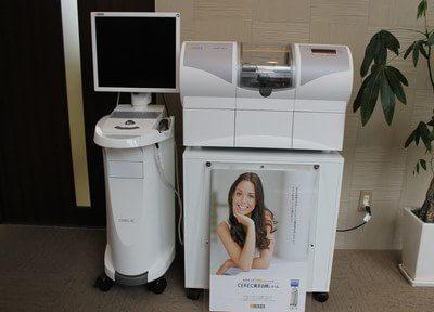 この機械を使い、セラミックの歯を短時間で作ります。